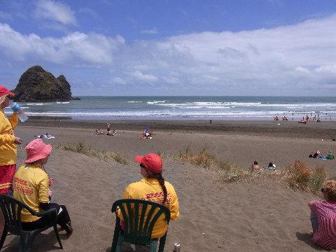 Pihaメインビーチと女性のライフガード。