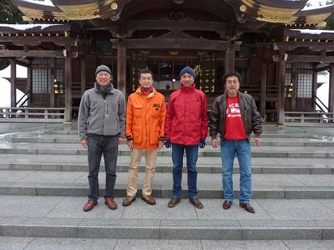 新潟の信彦、私、群馬の直彦、山梨の敏彦と弥彦神社にて。次回は千倉で会おう。