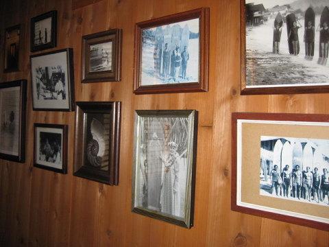 ヘミングウェイやデュークカハナモクはもちろん、名も無い漁師の古い写真などを壁一面に配してノスタルジックな雰囲気を。