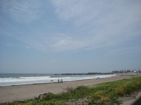 サンドカフェの下のビーチ。子供のころよく親父と黒鯛釣りや浜ボウフウを採りに来た。カニの化石もたくさん落ちていて、夏休みの宿題の標本を作ったりした。