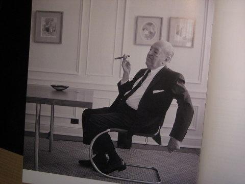 ミースが座っている椅子「MR10」や「バルセロナチェア」がつとに有名。