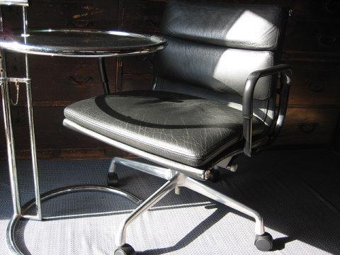 箪笥に囲まれた和室にイームズのチェアとアイリーングレイのサイドテーブルを置く。