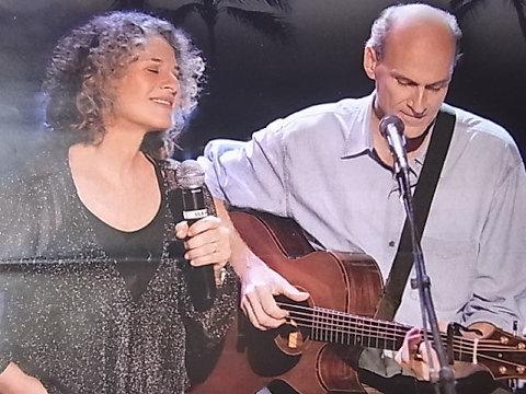 キャロルは「So Far Away」から始まり、アルバム「タペストリー」の曲を次々とあの頃と変わらないグッとくる声で歌い上げてくれた。