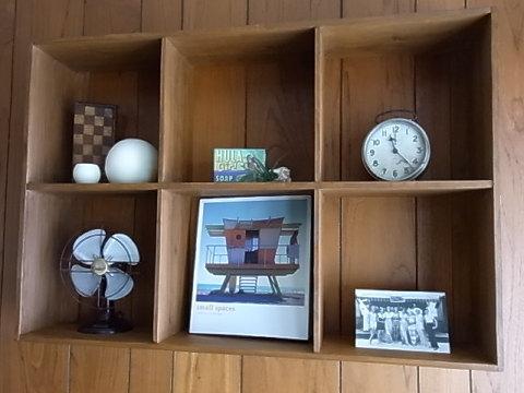 夏のイメージで飾ってみた。コルビュジェのスツールなどもそうだが、こういった木製小家具をいろいろ企画製作して展示会のようなことがやれたらイイナ。そうしたら焼印のデザインも考えなくては。