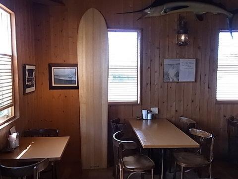 亜麻仁油の香りがあたりに漂うアライアの板。フィンも何も無い。これ以上シンプルな波乗りをしたかったら、あとはボディサーフィンしか無い。