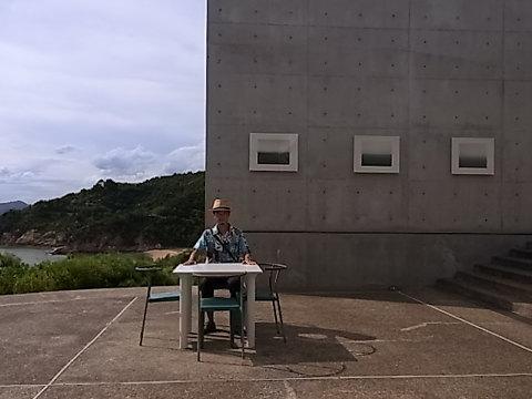 ベネッセハウスミュージアムの展望中庭にて好きな写真家の杉本博司氏の「海景」シリーズを後ろに悦に入る私。モノクローム写真をアクリルに封じ込め屋外に(!)展示している。太陽光による退色が生じ白色化していったらそれも第二の作品化と氏は言っている。 ここでは20世紀のモダンアーティスト達、ジャクソン・ポロック、サム・フランシス、サイ・トゥオンブリ、デビット・ホックニー、ジャスパー・ジョーンズらのペインティングが私たちを迎えてくれた。