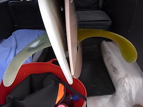 こんな感じで車に板を積んでいる。右が私の板で細長くブーメランのように曲がったフィンに変えている。これからもsmooth classic styleを目指したい。
