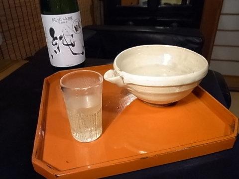 新潟の信彦から日本酒が届いた。しかも私好みの〆張鶴の純米だ。さっそく気に入りの酒器で一献傾ける。浅井純介氏の粉引片口にたっぷり注ぎ、やはり千倉の大場 匠氏の金彩ぐい呑みを根来隅切盆に乗せて。