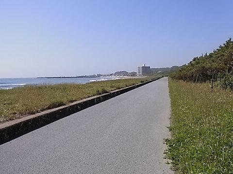 被災地の映像で見た瓦礫の中の一本の道。かつて見たことも無いその両側を瓦礫に挟まれた細い道の光景に衝撃を受けた。私が時々自転車で通る千倉の海岸遊歩道は、幸いなことに以前と変わり無い。