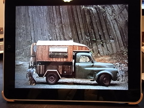「Keep on truck in」もちろん自転車とロングボードは必需品だ。