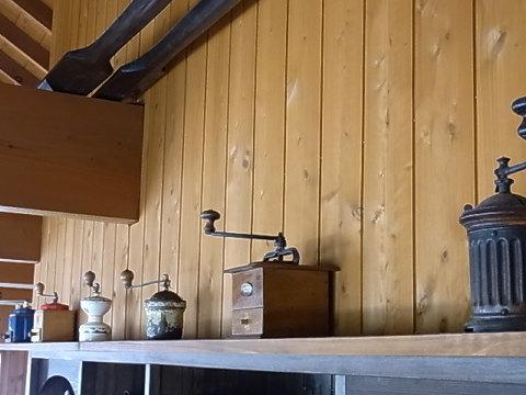 カウンターの上のプジョーコレクション。右に行くにつれ古くなっていく。一番右のミルは日本画家の方が持ってきた物で、なんでも父上がパリ時代にレオナルド藤田からもらったミルとの事。貴重品です。因みに私が好きなのは右から3番目のG1というタイプ。
