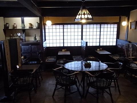 松本民芸家具で統一された喫茶店「まるも」。落ち着きます。