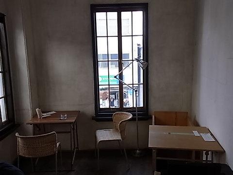 ラボラトリオのカフェコーナー。ロシアイコンを壁に飾るなど、ストイックな雰囲気が漂っていた。