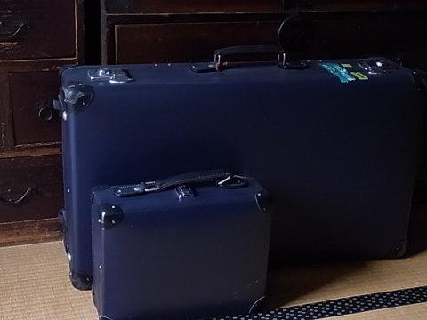 サーフトリップに出かける時は「Patagonia」などのソフトキャリーバッグだが、都市などに行く時は「GLOBE TROTTER」のスーツケースで。