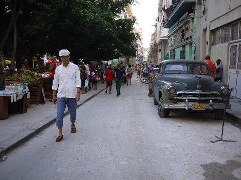 「ブエナビスタ」のCDジャケットを気取リ、ハバナの露地を歩く。私はこの1枚の写真の為に日本からハンチングキャップを持参した。