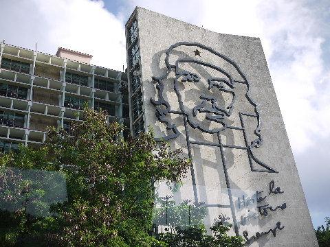 革命広場のゲバラの大きなプロパガンダ。ここはラテンの社会主義国。