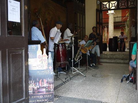 バーやレストランには必ずミュージシャンが居てイイ音を聞かせてくれる。チップかCDを買うのが旅行者の礼儀だろう。
