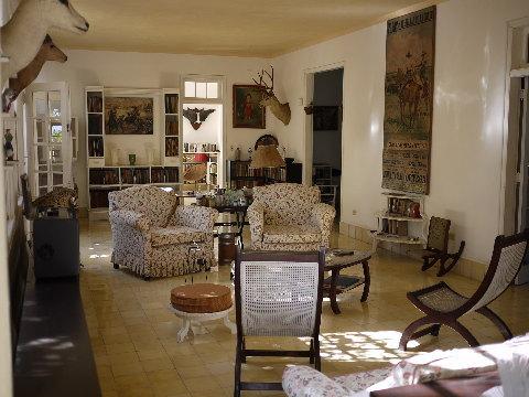 「フィンカ・ビヒア」のリビングルーム。パパが暮らしていたそのままに保存されている。奥の部屋から彼が出てきそうな錯覚を覚える。