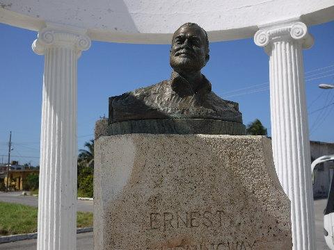 「老人と海」の舞台となったコヒマルの漁師たちがパパをリスペクトし自費で建てたという銅像。