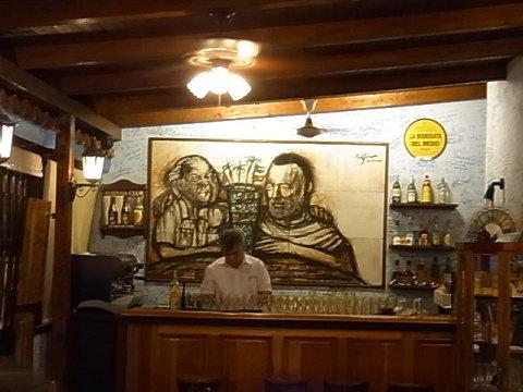 アインシュタインとヘミングウェイ、20世紀の2人の巨人が肩を組みモヒートで邂逅した。ボデギータの2階のバーのアートはナカナカのものだった。