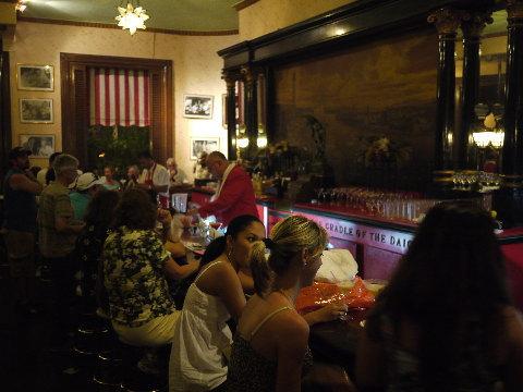 「フロリディータ」ではフローズンダイキリ(パパダイキリは、ラムが2倍入った砂糖抜きを言う)を目当ての客で連日活況を呈する。