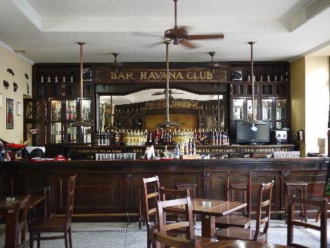 キューバンラムの代名詞「HAVANA CLUB」のラム酒博物館の中のコロニアルスタイルの渋いバー。好きだな!この雰囲気は。年代物のまろやかなダークラムをご馳走になった。
