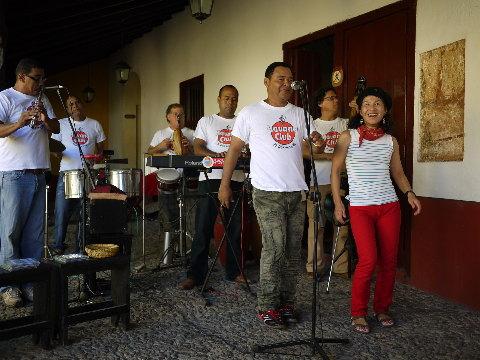 トリニダーのバー「ラ・カンチャンチャラ」。この旅で一番私好みのバンド「Son Trinitario」と一緒に踊るミセスゲバラ。