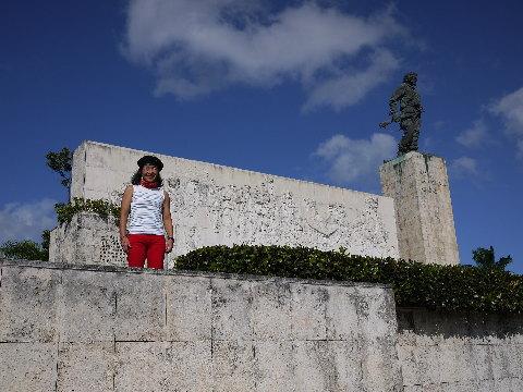 ゲバラの遺骨が眠る「サンタクララ」にあるゲバラ記念館。チェの写真・資料や遺品を見るカミさんの目はハートに光っていた。