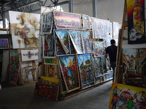 ハバナの港にある大きな民芸市場。絵画だけでもすごい点数です。