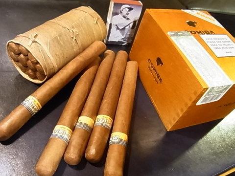 左から葉巻タバコの栽培農家で分けてもらった物、長いのはコイーバ「エスプレンディドス」、同じく「シグロ2」のBOX。