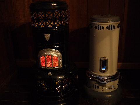グレーとアイボリーの小型は2階で、黒いのは1階のリビングで使っている。2台とも燃料タンクが持ち運べるので給油が楽なのも良い。