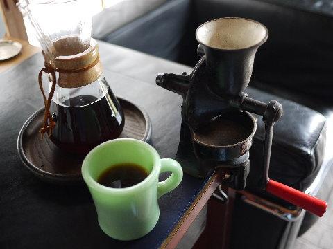 休日の午前、たっぷりとコーヒーを落とし、シガーと共にゆっくり味わうのが至福の一時。