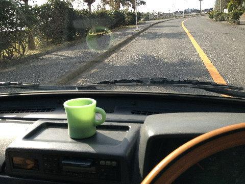 余ったコーヒーはポットに入れサーフィンのお供に。車内で飲む時もお気に入りのマグ持参!