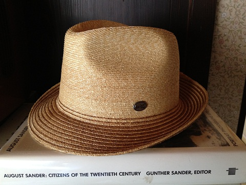 歳をとると波待ちしている時の陽射しがきついんです。でもサーフブランドのハットはイヤなので麦わら帽でも被って波乗りします。この夏は。