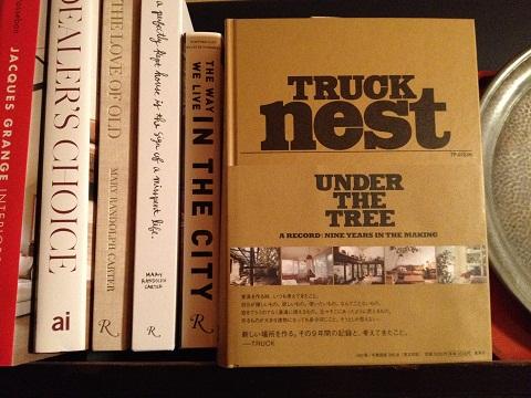 家具製作に日々勤しみ、オフはヌーサで波乗りをするという。そのヌーサへの旅がトラックの二人に大きな刺激を与えたと書かれていた。私もヌーサには再び行ってみたいな。