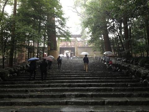 雨の伊勢神宮。階段を上がれば内宮である。