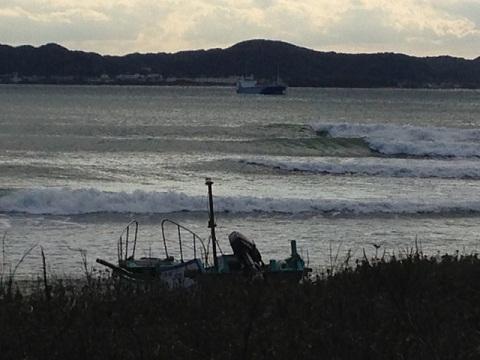 「The Cape」の波はマジカルウェーブ。意外な時に波がある。こんなロングライディングのポイントがあるのも南房総の魅力だ。パドルで腕がパンパンになる。