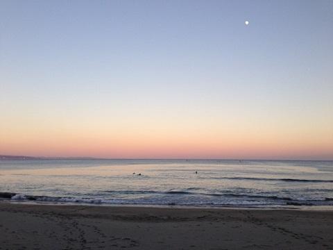 いつものように穏やかな時が流れる夕暮れの千倉ビーチにて。  来年も皆様にとって良い年でありますようお祈りいたします。
