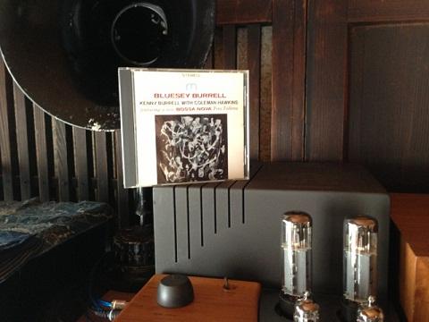 黒いホーンスピーカーは初期型ラジオのスピーカーで飾りなのだが、古いジャズを聴いていると、このホーンから聞こえてくる気がする。