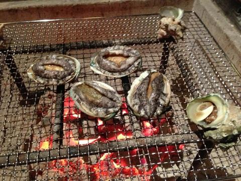 アワビ、サザエ、地魚を炭火で炙る。素材が良いのでシンプルに食したい!