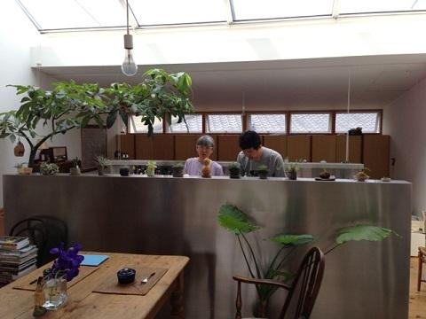 天窓の陽光を浴びながらキッチンに立つMIKAMI夫妻。ご主人はモヒートを、奥様はイチジクのコンポートを作って下さった。キッチンカウンターには多肉系植物が並ぶ。