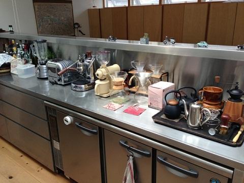 思わず唸ってしまったキッチンのラインナップ。コーヒー好きのMIKAMIさんらしいこだわりの品揃えだ。パヴォーニのエスプレッソマシンの隣には私が長年欲しかったイギリスのトースターが。