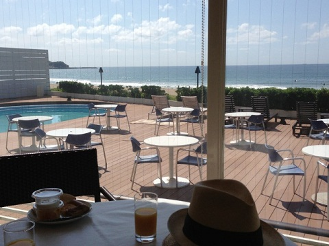 朝食は海を眺めながら。ビーチで食べたければバスケットに詰めて持ち運べる気の利いたサービスもある。