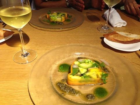 今回もヒョータンの美味しい料理に泡から白ワイン、と昼間から贅沢なひと時を味わいました。