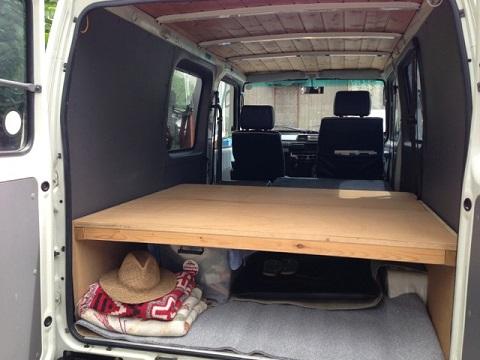 天井はウッドが張られ、後部スペースはリアシートとフラットになるよう木の棚がセットされていた。車中泊でキャンプやサーフトリップに出かけたくなってしまう。