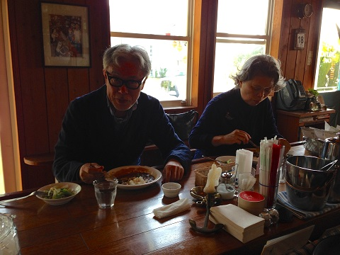 奥様とサザエカレーを。サンドカフェのサザエカレーを広めて頂いた恩人である。カレーと日本酒が合うという話は面白い。