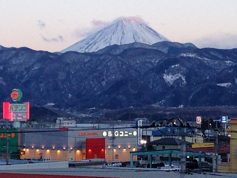 ネオンの向こうに大きな富士の姿が。久し振りの午前様になってしまった甲府ナイト。