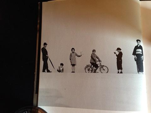 写真集より「パパとママとコドモたち」1949年でこのモダンさ! 絶対演出の植田さんの写真を見ていると写真て楽しんだと再認識出来る。絶対非演出派の土門拳を植田さんが撮った写真もあって面白い。