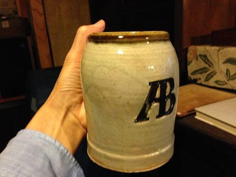 そこで見つけた昭和初期に益子で作られた濱田庄司デザインのアサヒビールのジョッキ。今は私の机上に置かれている。