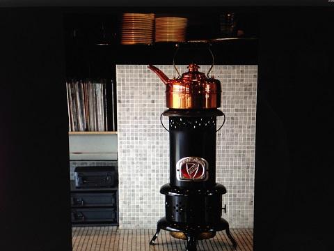 黒のVALORのストーブに銅のシンプレックスのケトルが渋い。